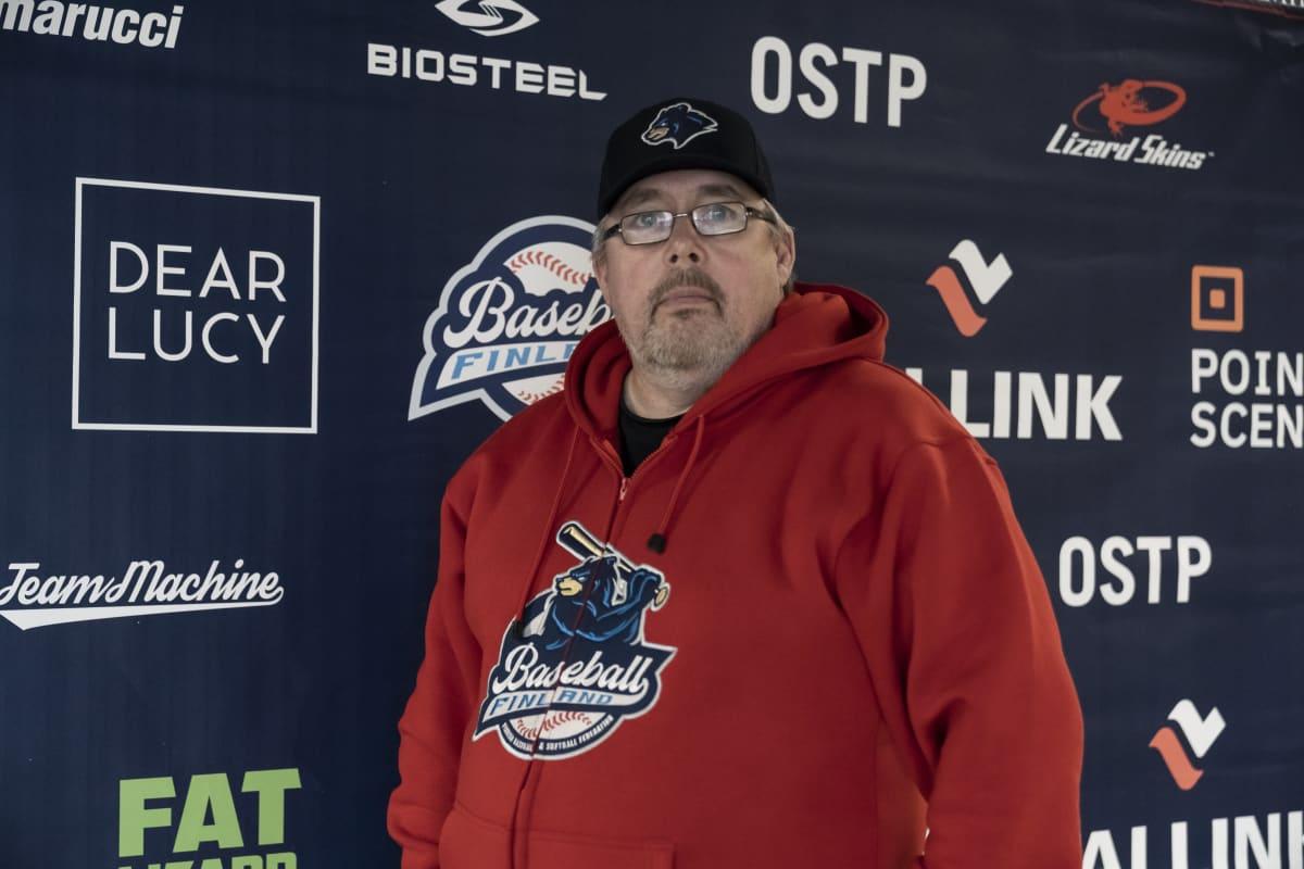 Suomen Baseball ja Softbaal lajiliiton puheenjohtaja Jukka Ropponen poseeraa kameralle.