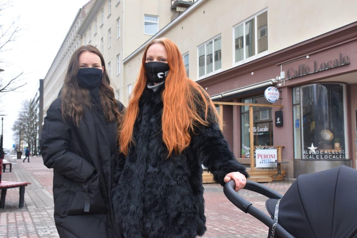 Porilaiset Stella Laiho ja Roosa Björn kävelykadulla.