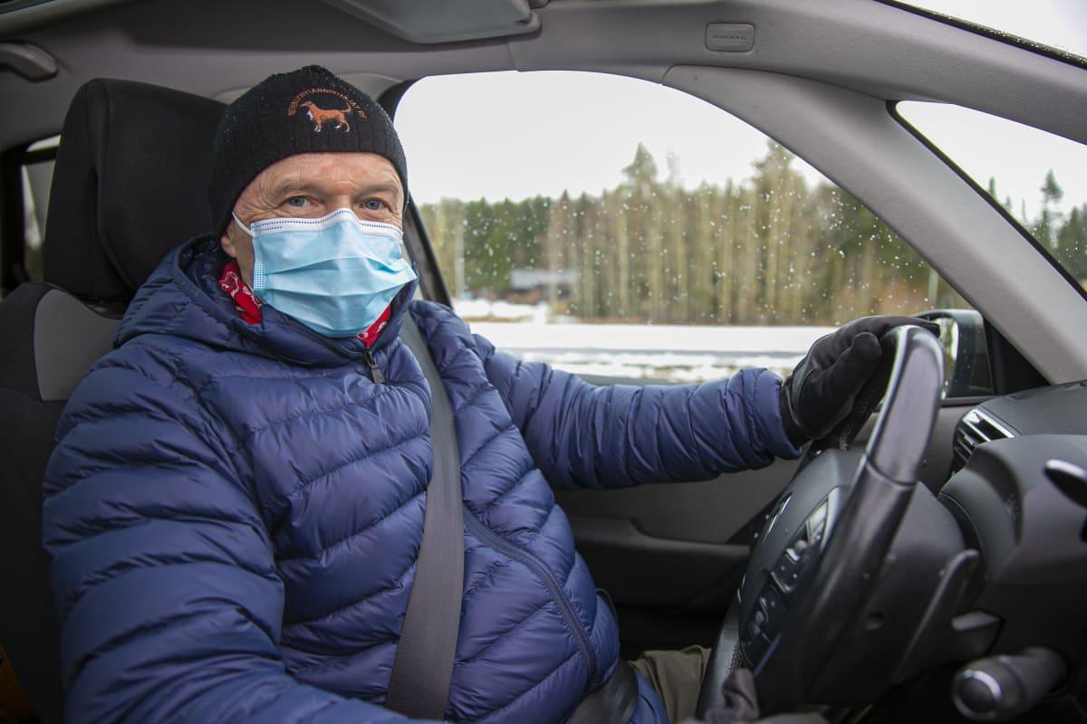 Olli-Pekka Jasu autossaan Tammelassa.