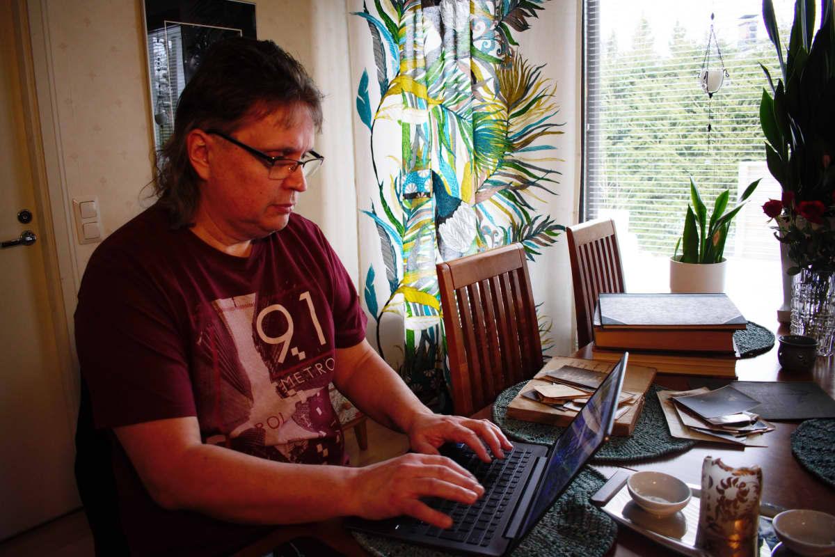 Sukututkija Juha Vuorela kotonaan.
