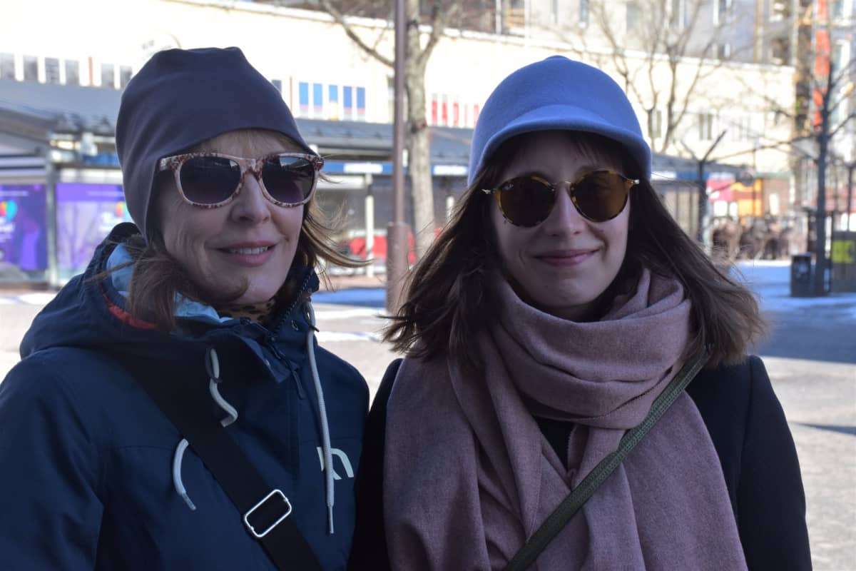 Porilaiset Maija Saari ja Johanna Lehtovaara kävelykadulla.