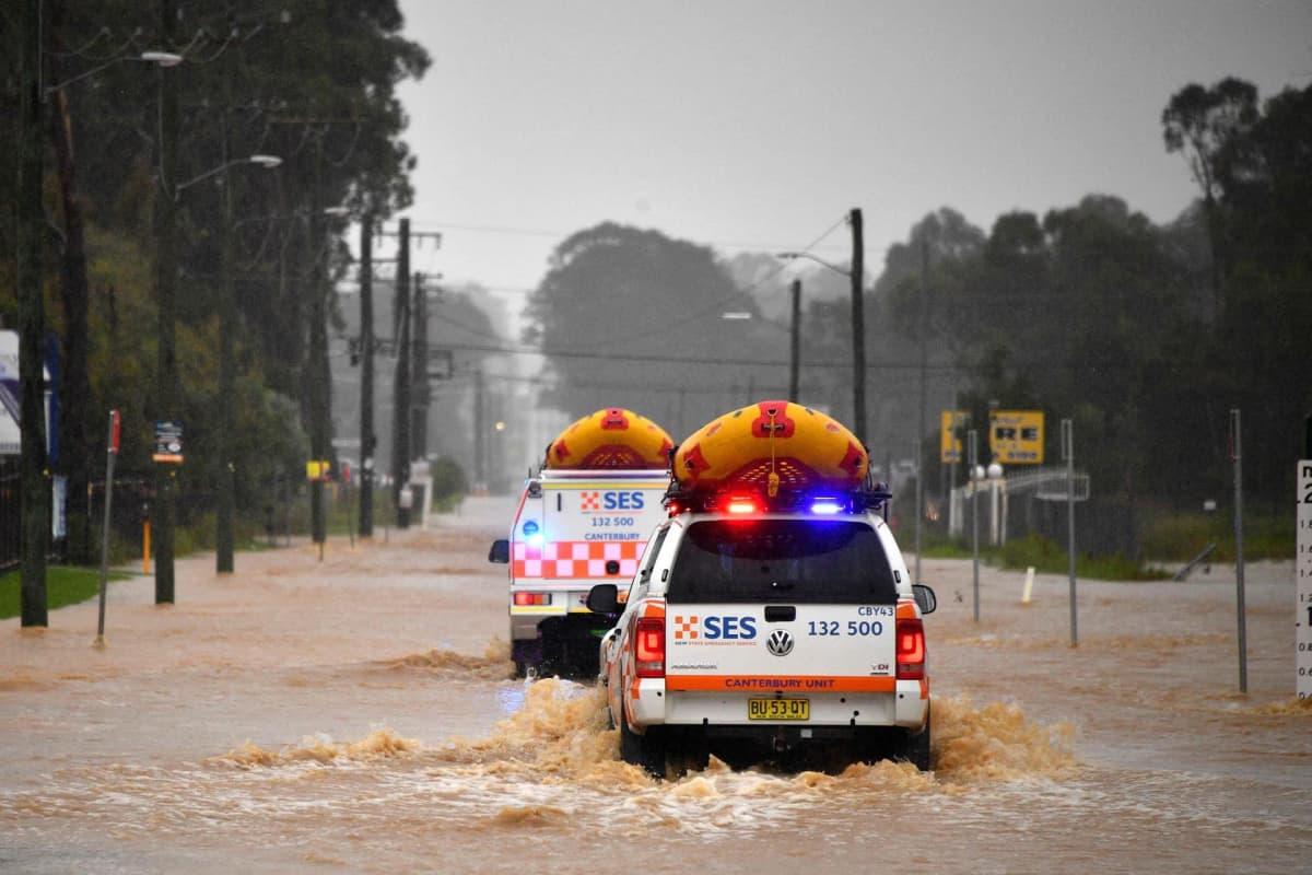 Pelastusajoneuvoja tulvavedessä Sydneyssä Australiassa.