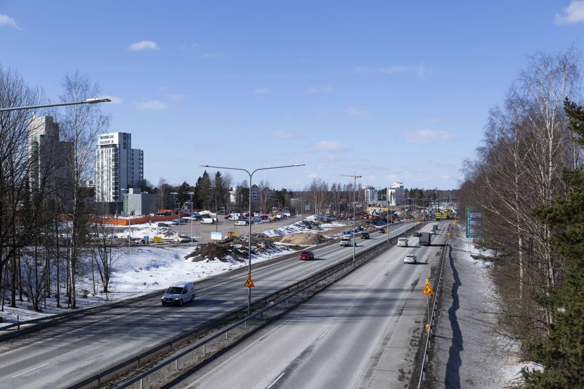Länsimetron jatkeen päätepysäkin sisäänkäyntejä rakennetaan Länsiväylän eteläpuolella Espoon Kivenlahdessa.