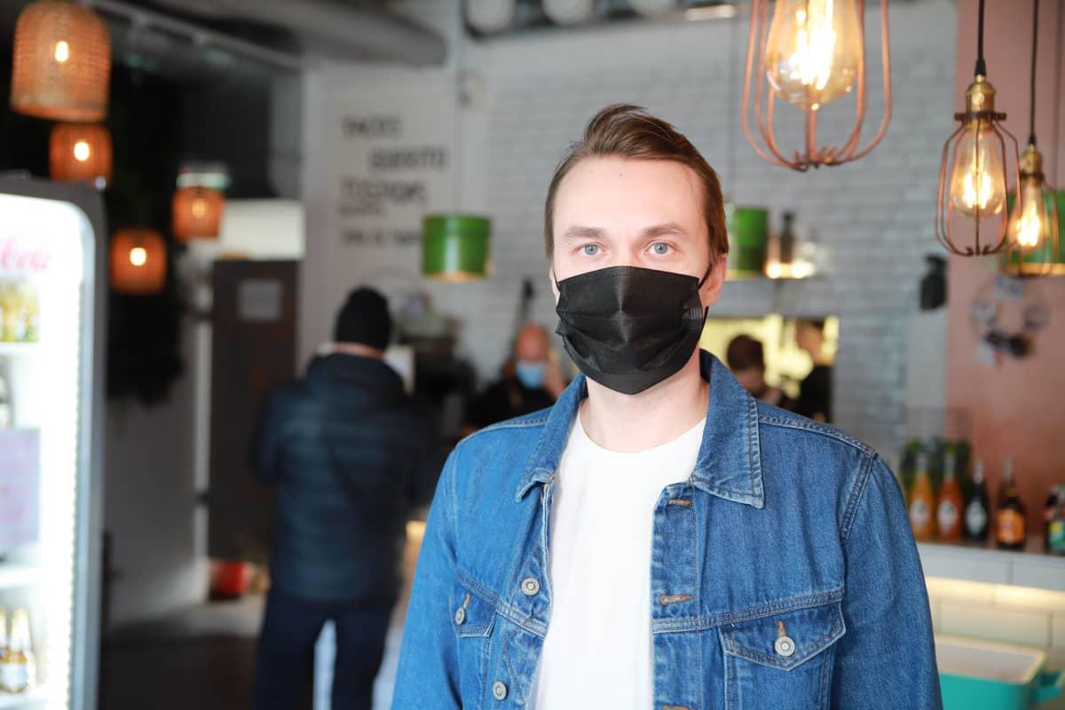 Ravintoloitsija Juha Eskelinen, jonka kasvoilla on maski