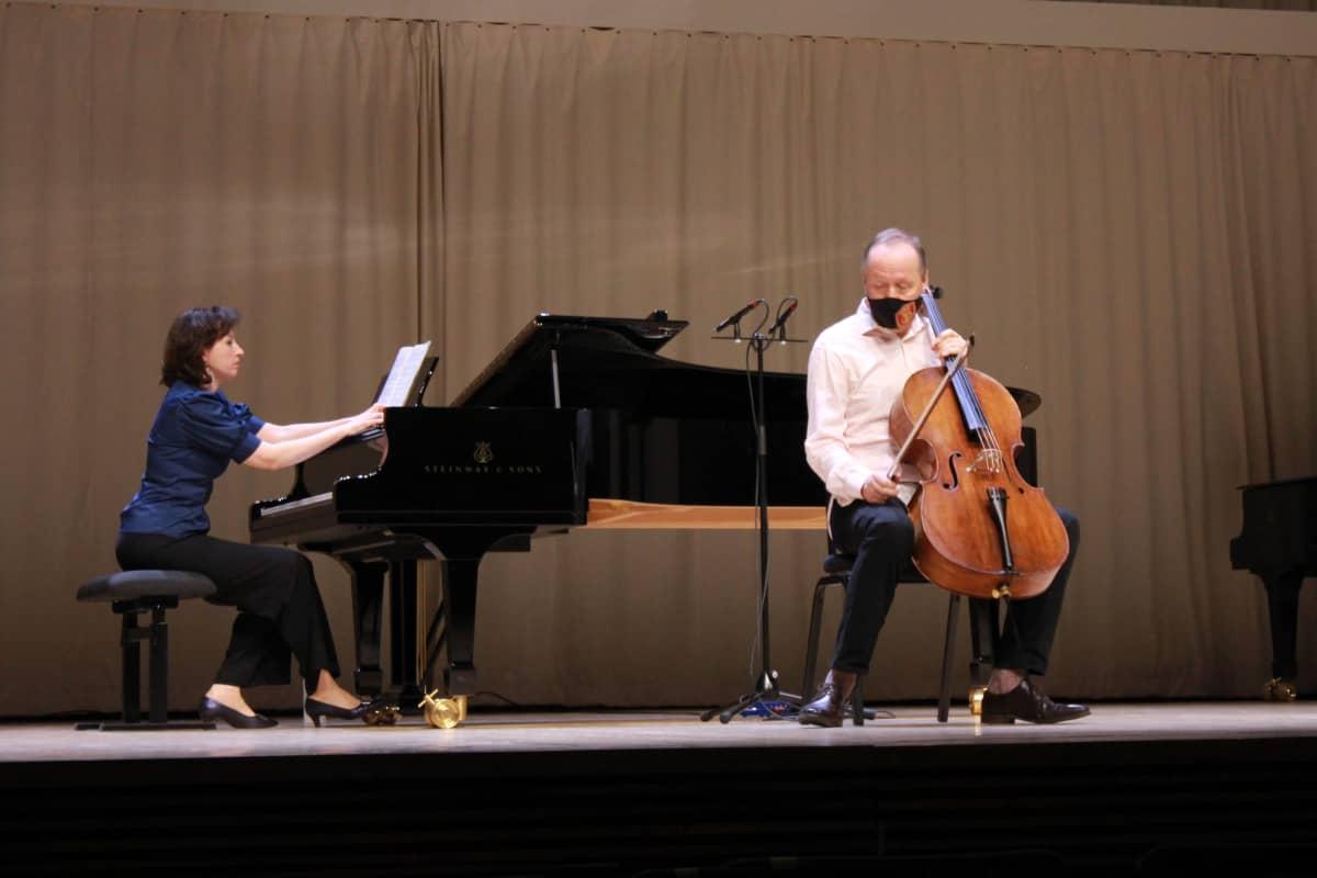 Sellisti Martti Rousi ja pianisti Valeria Resjan esiintymässä.