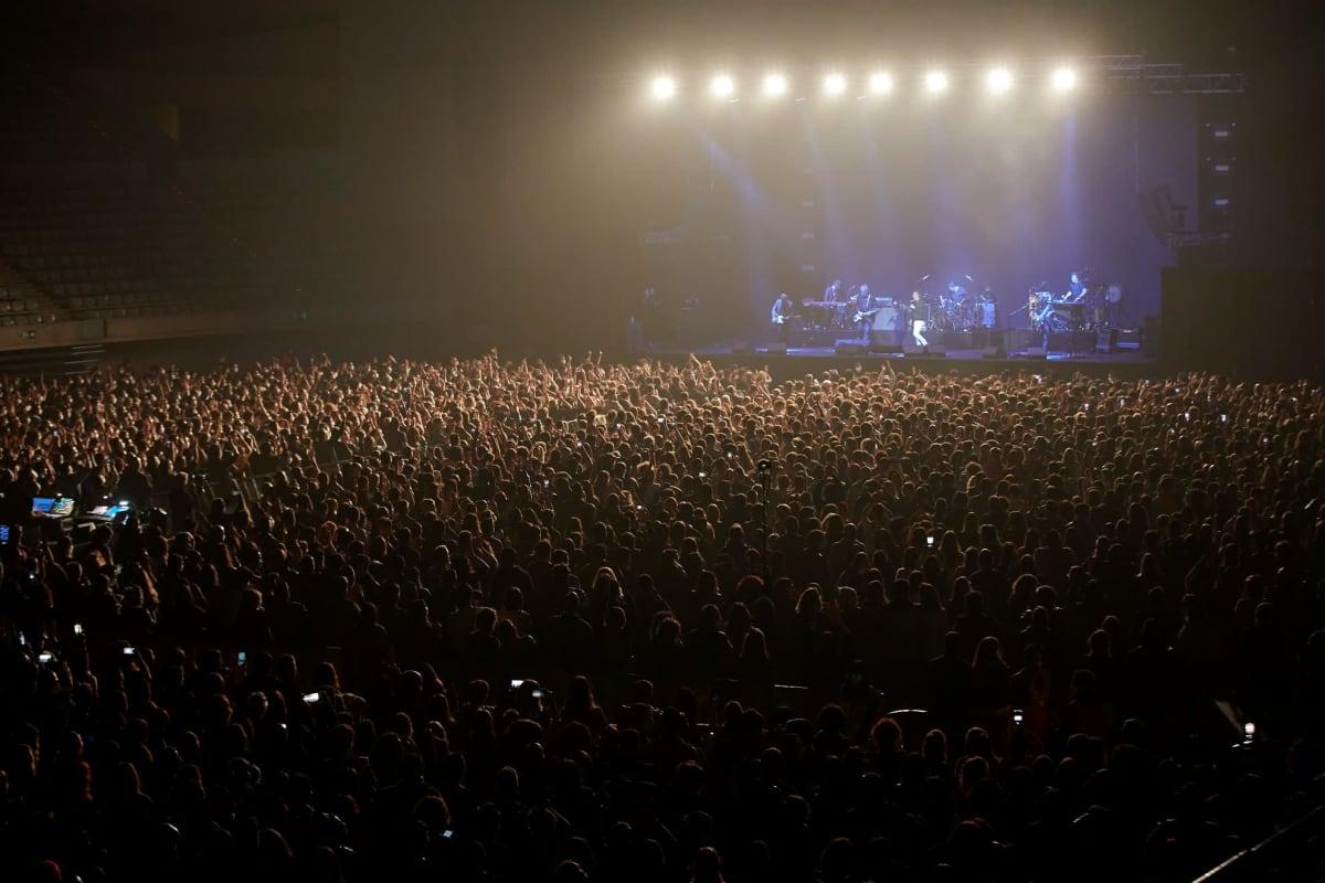 Noin 5 000 ihmistä juhli konsertissa maskit kasvoillaan, mutta ilman turvavälejä.
