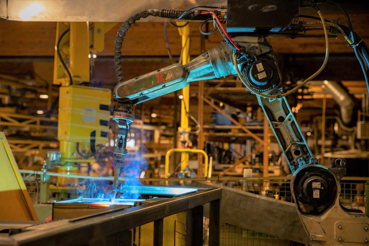 Hitsausrobotti työstää puukiukaan komponenttia Teuvan Keitintehtaalla.