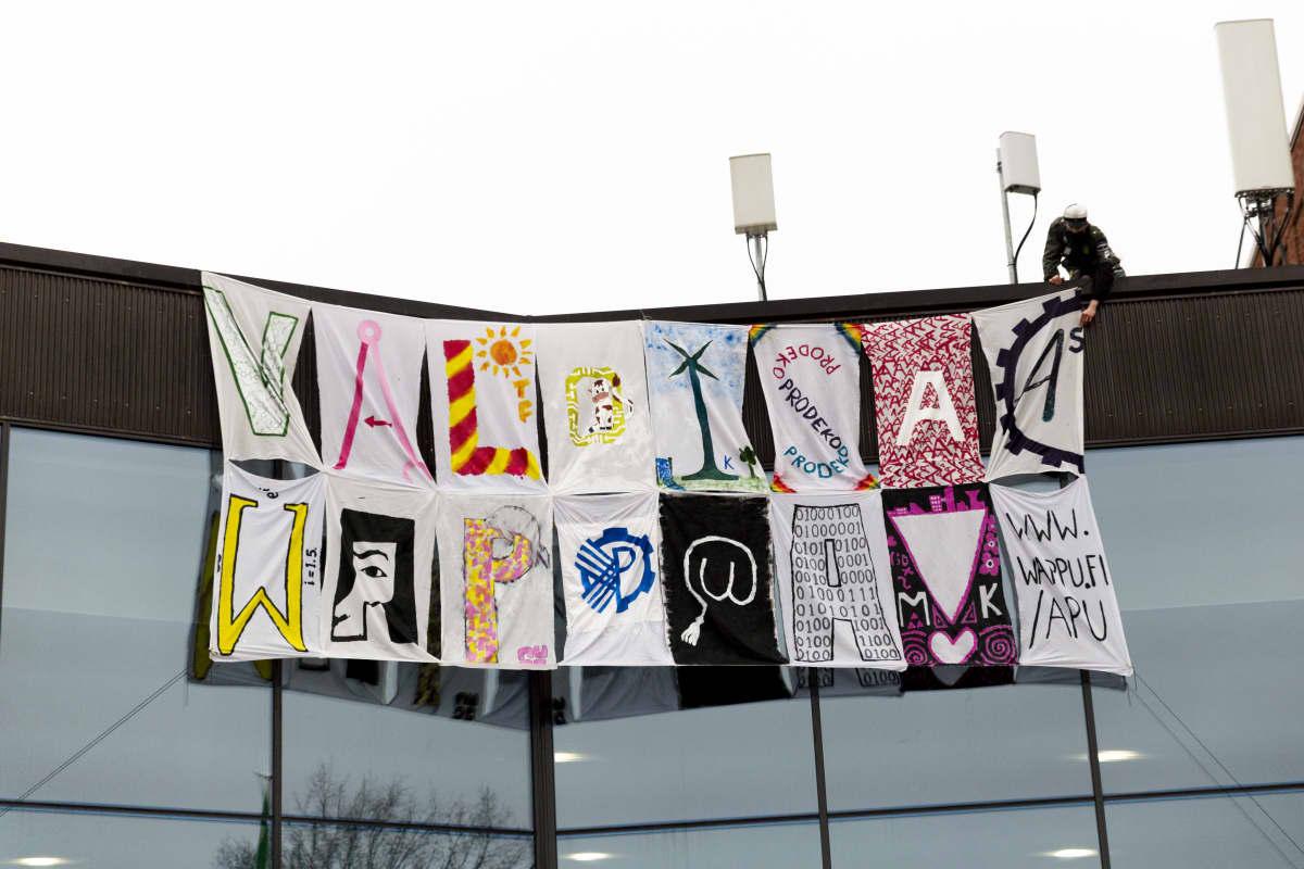 """Aalto-yliopiston opiskelijoiden tekemä """"Valoisaa vaappua!"""" -kampanjalakana."""