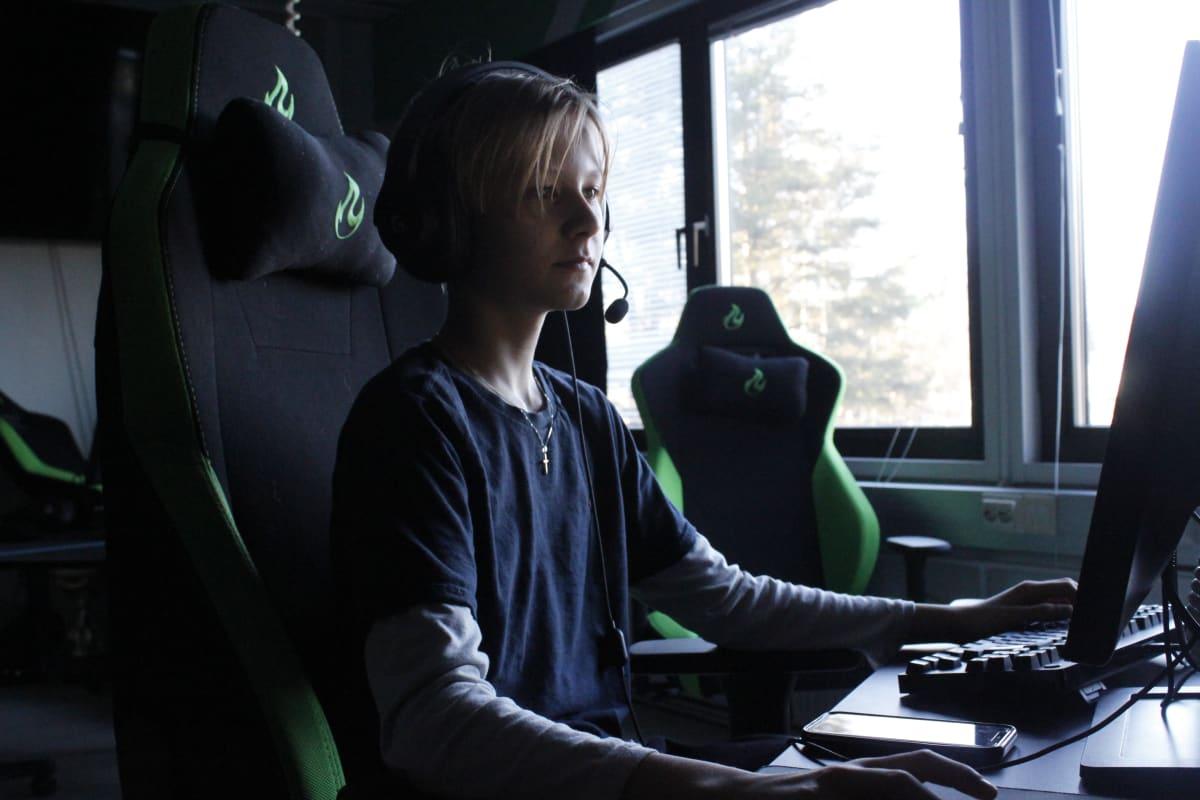 Tamperelainen Santeri Hillberg pelaa tietokoneella