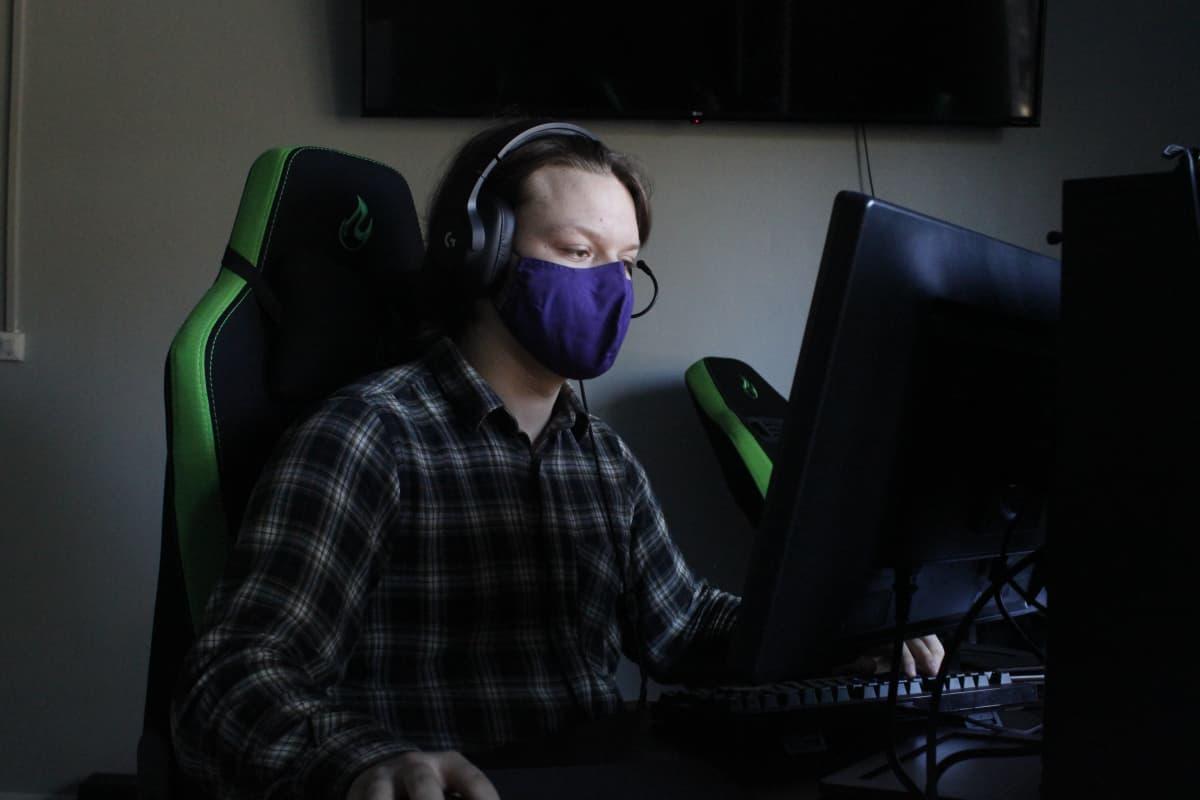 Tamperelainen Aarre Vesa pelaa tietokoneella
