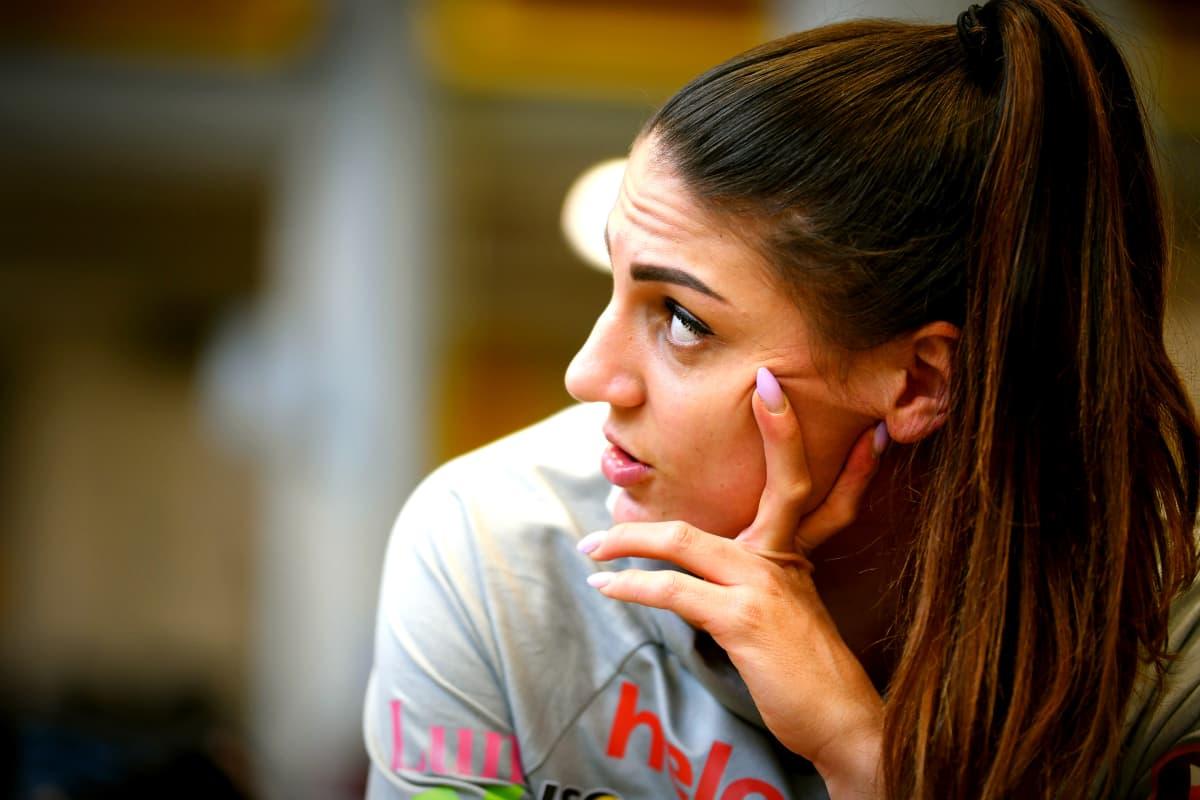 Nooralotta Neziri lutar huvudet mot handen när hon pratar med sin tränare