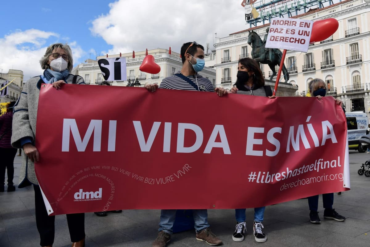 Mielenosoittajia Madridissa puolustamassa eutanasiaa.