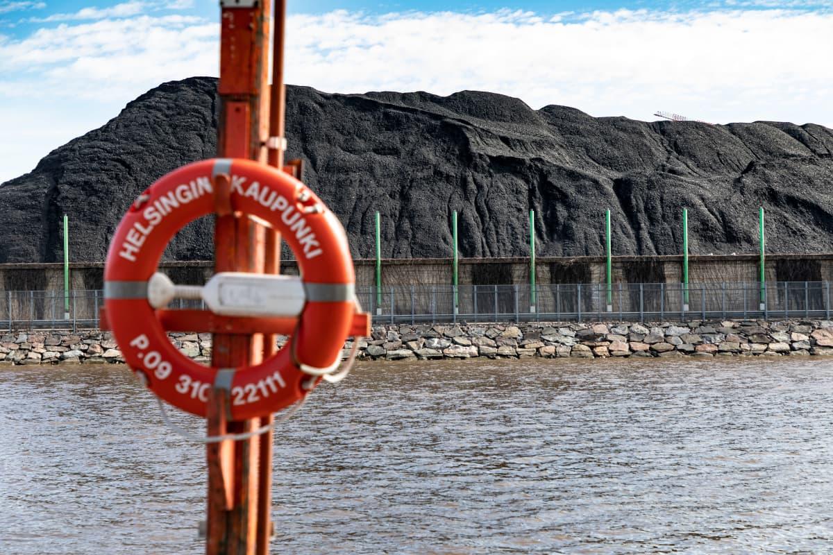 Helsingin kaupungin pelastusrengas, taustalla Hanasaaren voimalaitoksen hiilikasa
