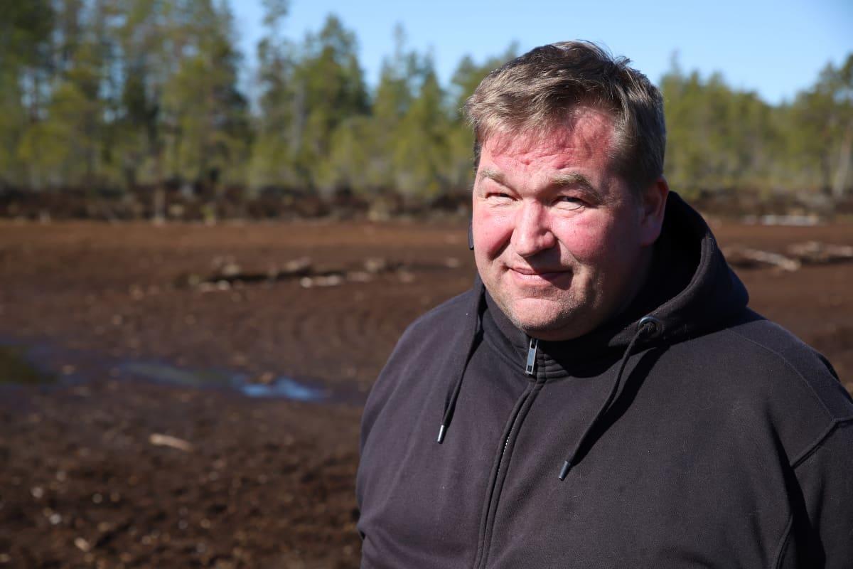 Turveyrittäjä Ari-Pekka Niemi turvetuotantoalueen laidalla Jalasjärven Vesinevalla..