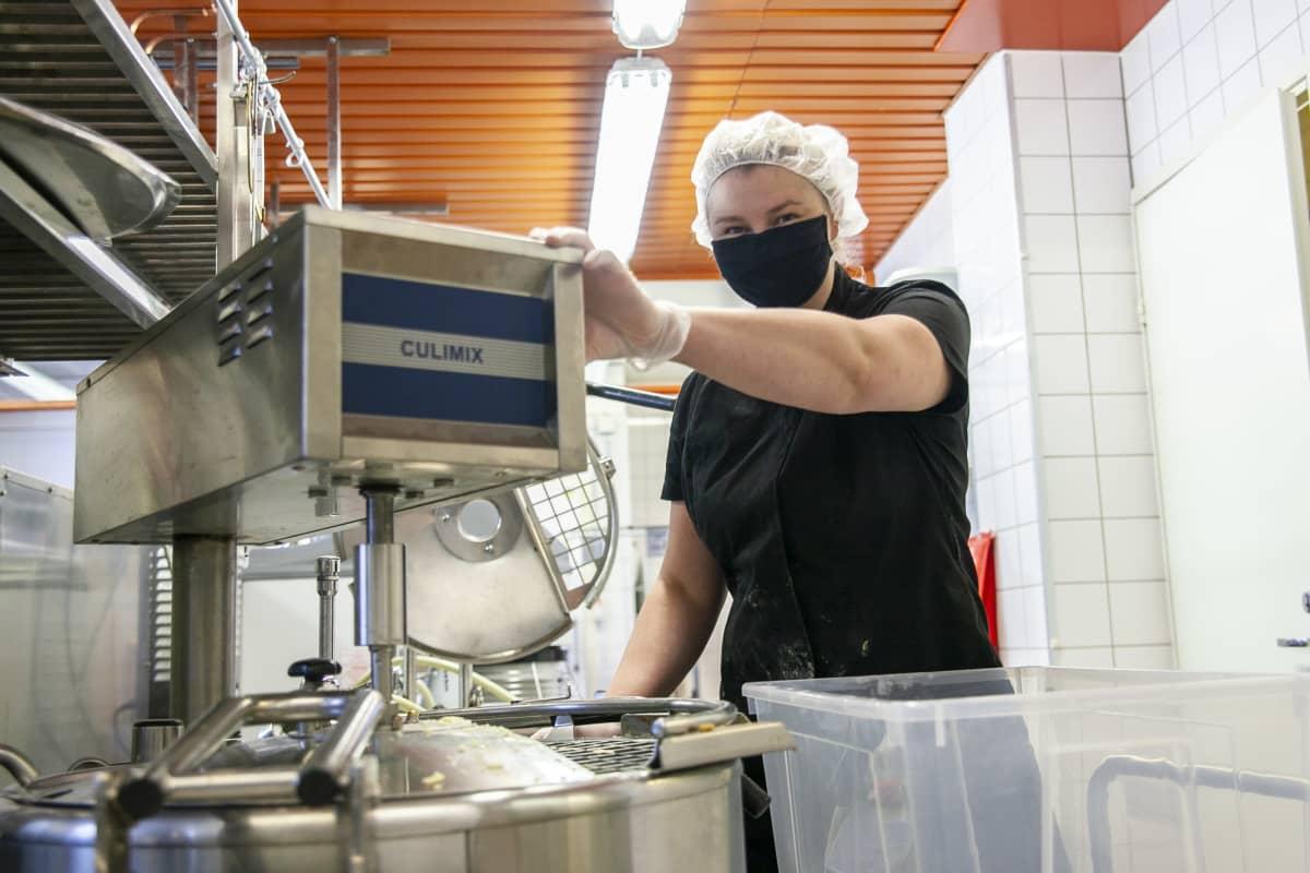 Anni Hoffren sekoittamassa viljattoman leivän aineksia Kuopion leipomossa.
