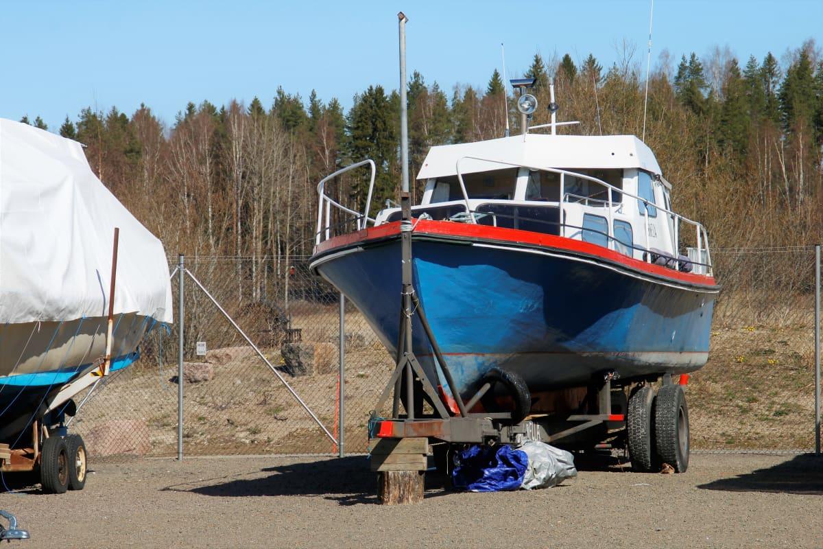 Marinella vene Hirvelän venesataman talvisäilytysalueella Kouvolassa