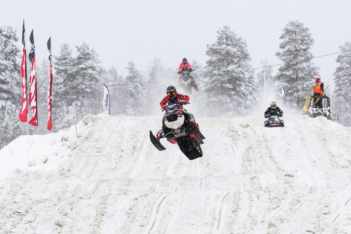 Moottorikelkka ilmalennossa snowcross-kisoissa