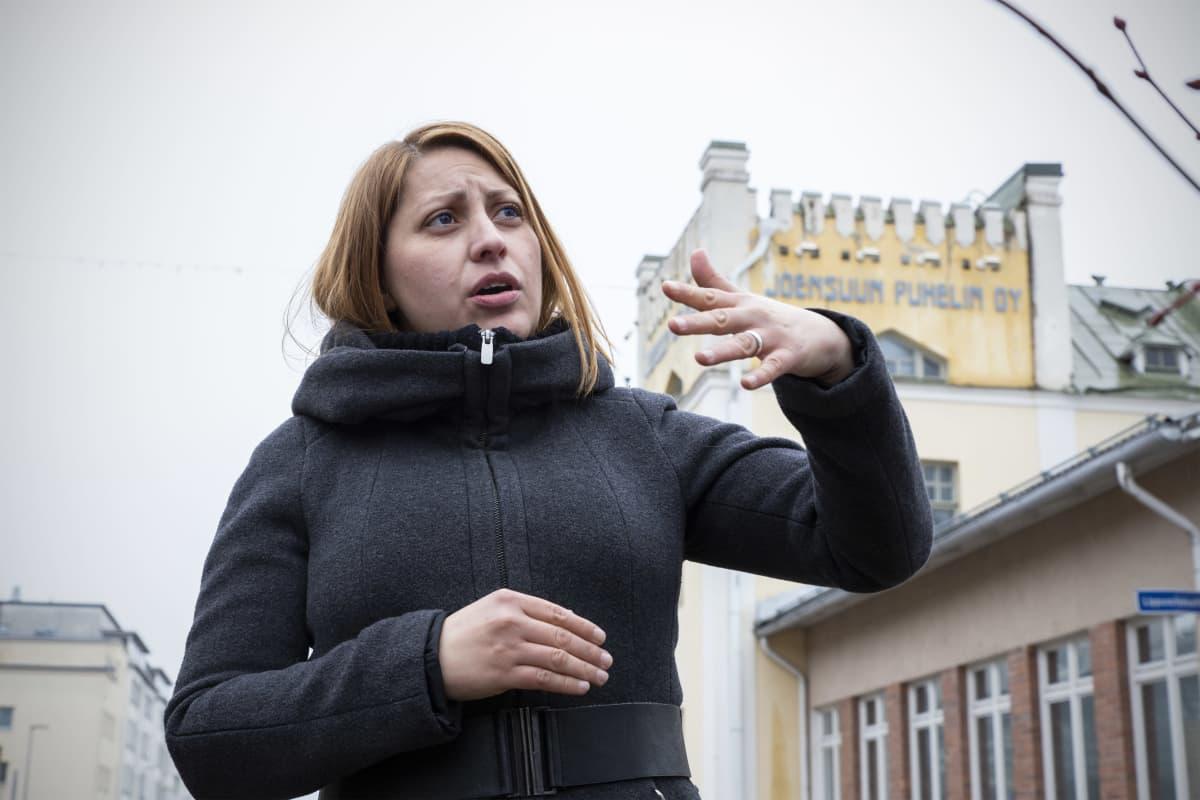 Arkkitehti Natalia Musikka puhuu Joensuun Puhelimen vanhan talon luona.