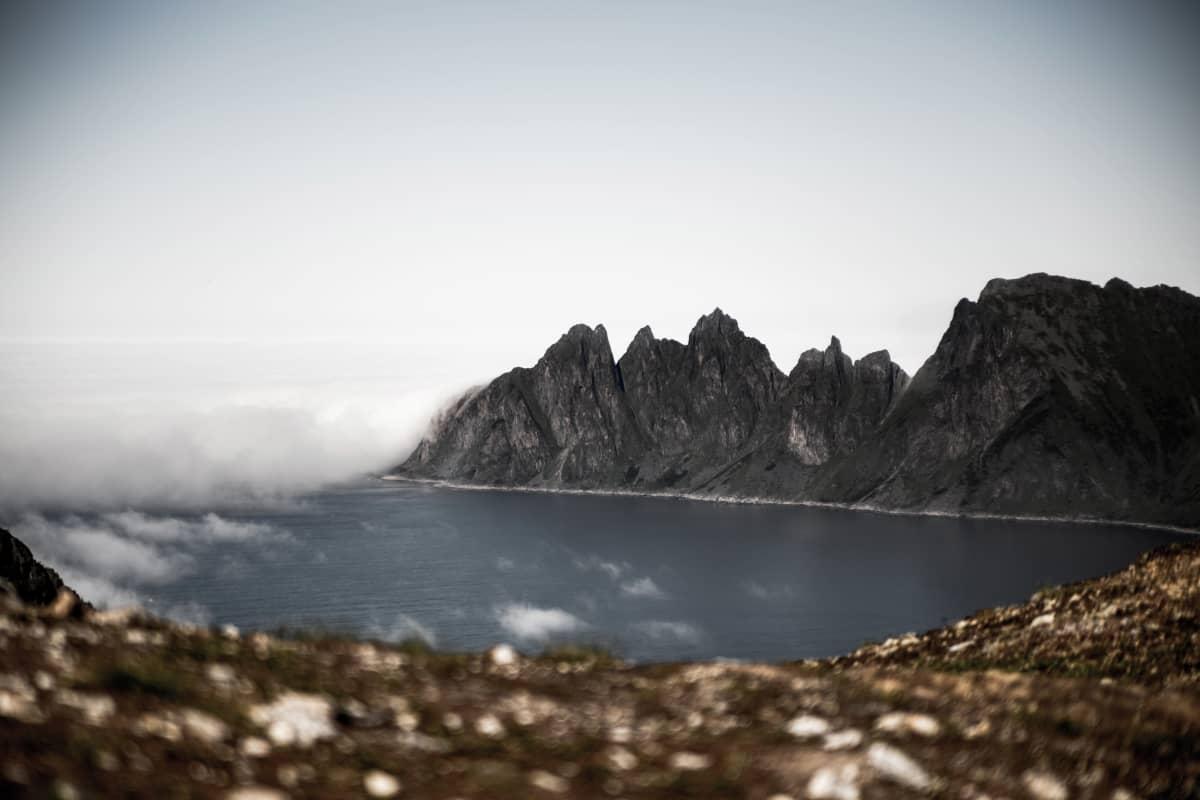Anselmi Aumo harrastaa pilvivalokuvaamista. Kuvassa pilvet muodostavat valkoisen seinämän vuoristoisessa rantamaisemassa.