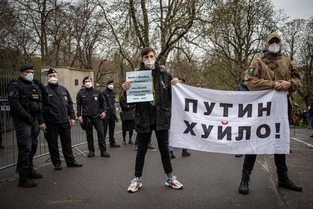 Mielenosoittajia Venäjän suurlähetystön edustalla Prahassa toissa viikolla.