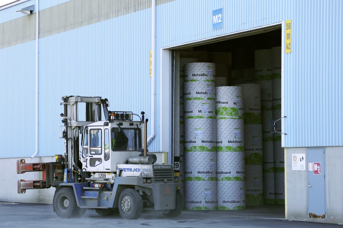 MetsäBoardin paperirullia välivarastoidaan Kemin Ajoksen satamassa