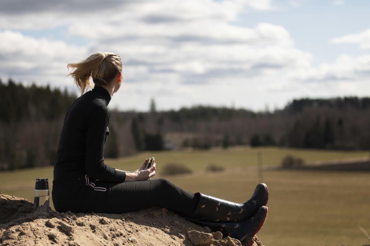 Kristiina Mäkelä tittar ut över åkrarna.