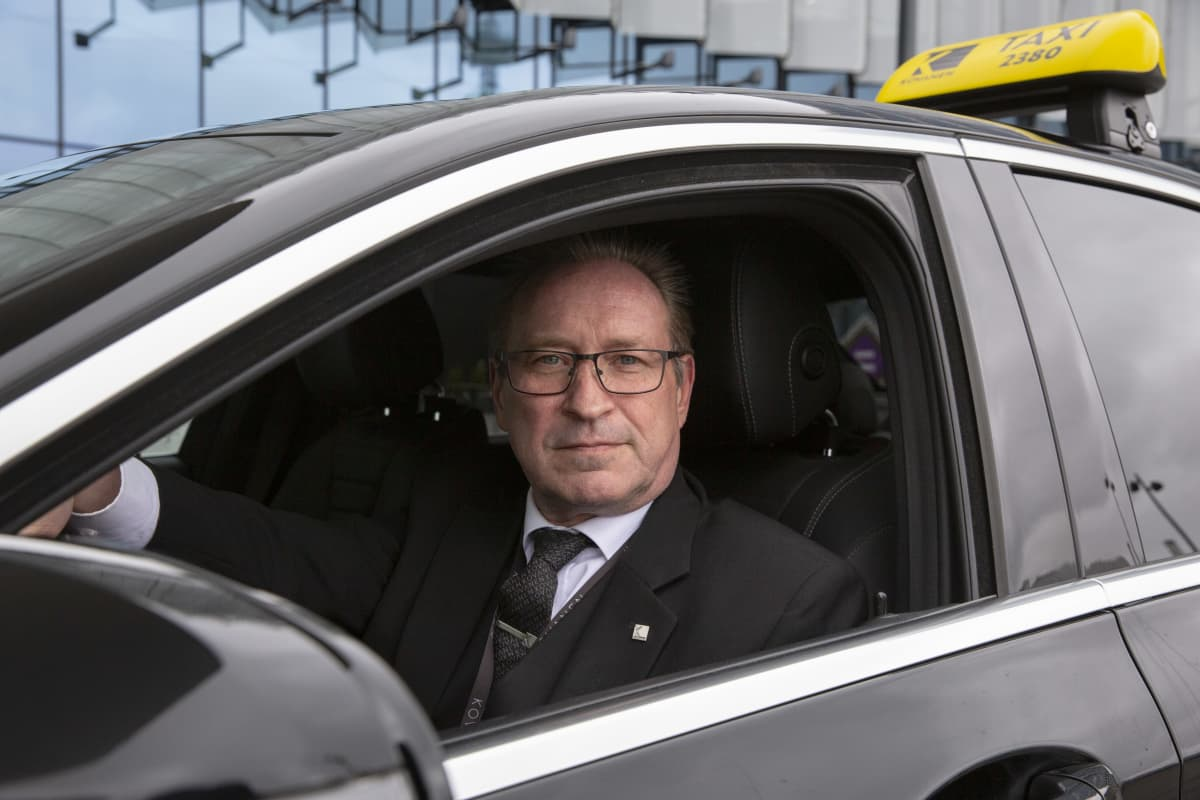 Taksiautoilija Ari Sipola.