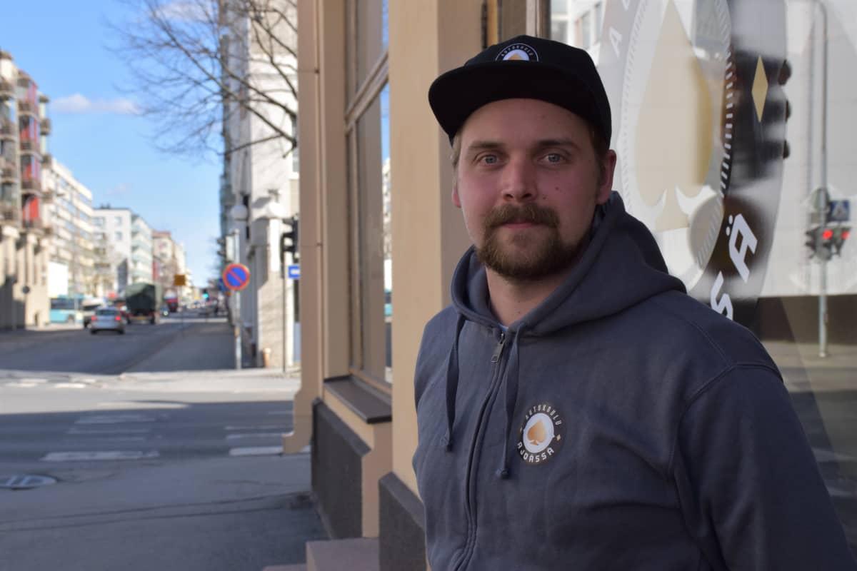 Porilaisen Ajoässä- autokoulun liikenneopettaja Aleksi Hietava toimitilan edustalla.