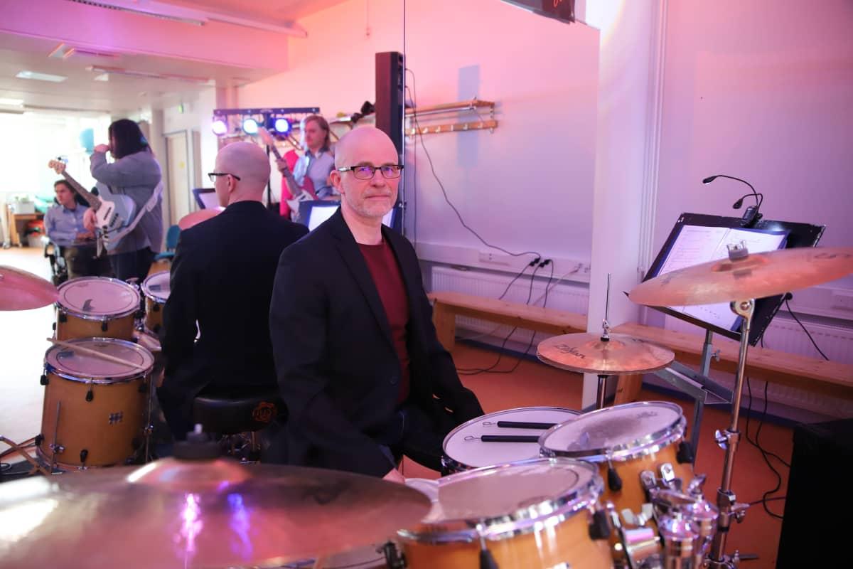 Rovalan opiston opiskelija Markku Ollila ja rummut.