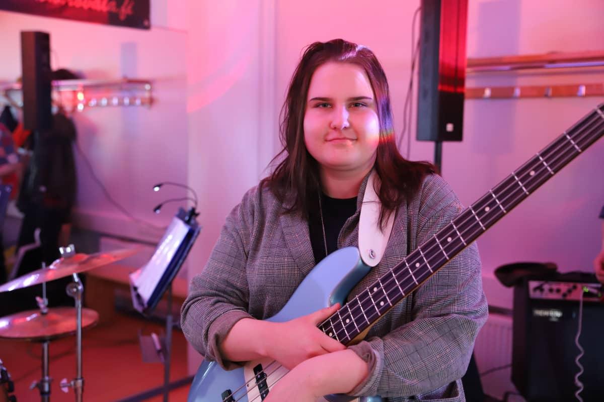 Rovalan opiston musiikkilinjan opiskelija Jenni Toivanen ja basso.