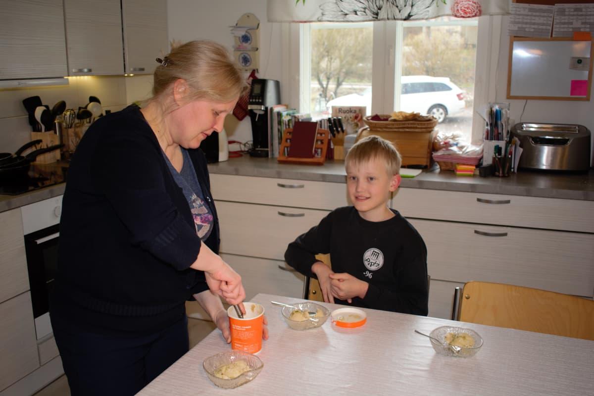 Juho Nikkola äitinsä Heli Nikkolan kanssa.