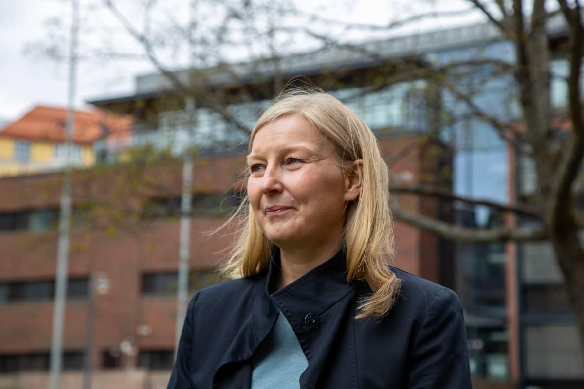 Johtava tutkija Marita Laukkanen valtion taloudellisesta tutkimuskeskuksesta seisoo Economicumin pihalla.