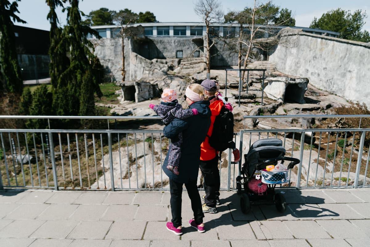 Noora Korkalainen (äiti), Jari Korkalainen (isä), Siri Korkalainen (isompi lapsi, isän sylissä) ja Isla Korkalainen (pienempi lapsi)