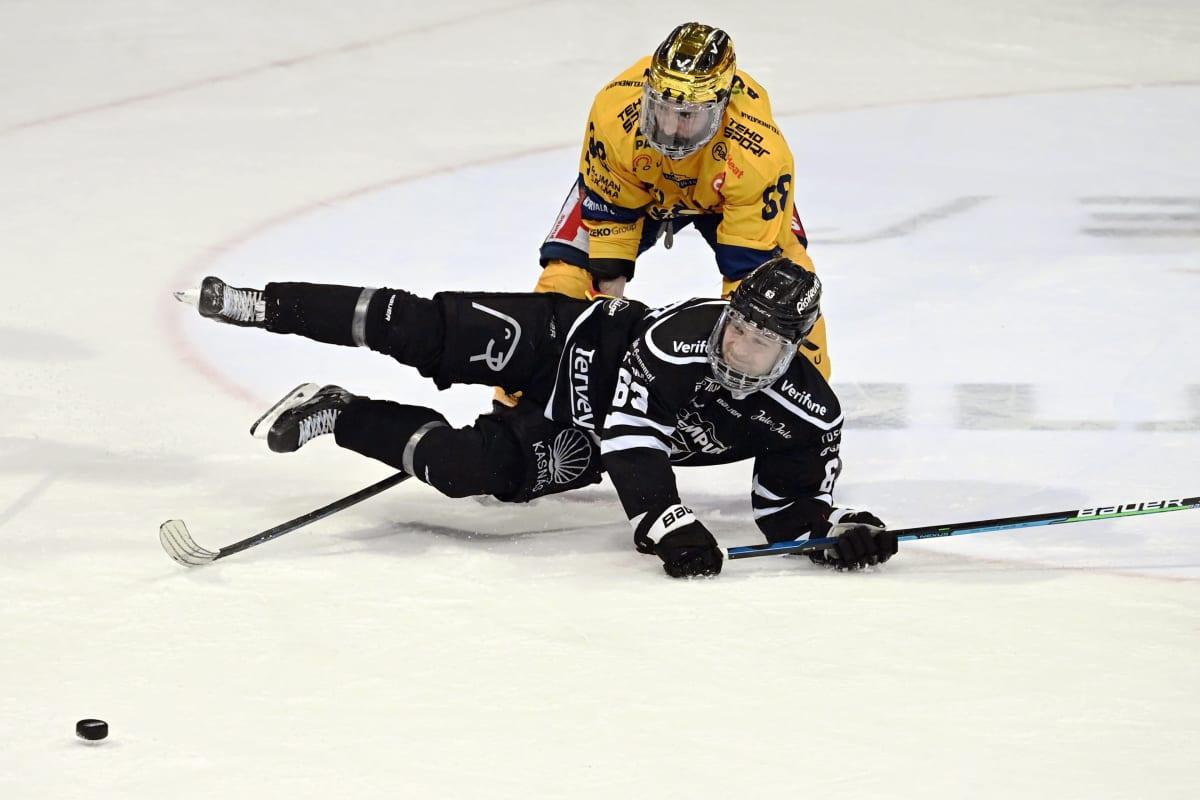 Lukon Daneil Audette (takana) ja TPS:n Joel Janatuinen kamppailevat jääkiekon Liigan kolmannessa loppuottelussa TPS - Lukko Turussa 10. toukokuuta 2021.