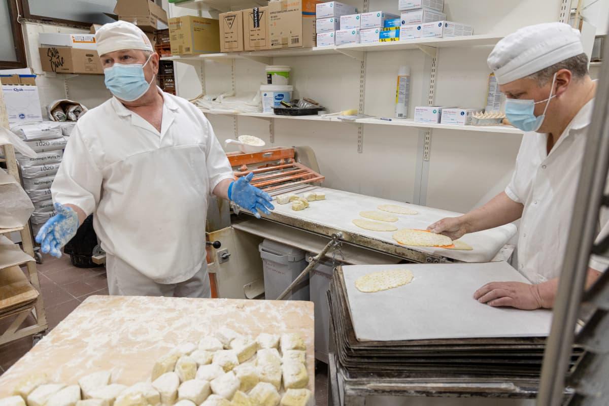 Leipuri ja Rikkilän Leivän omistaja Simo Vainikka tekemässä lepuskaa leipomolla.