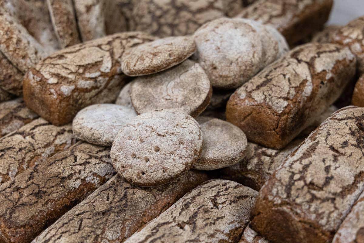 Vlalmiita leipiä Rikkilän Leivän leipomossa.