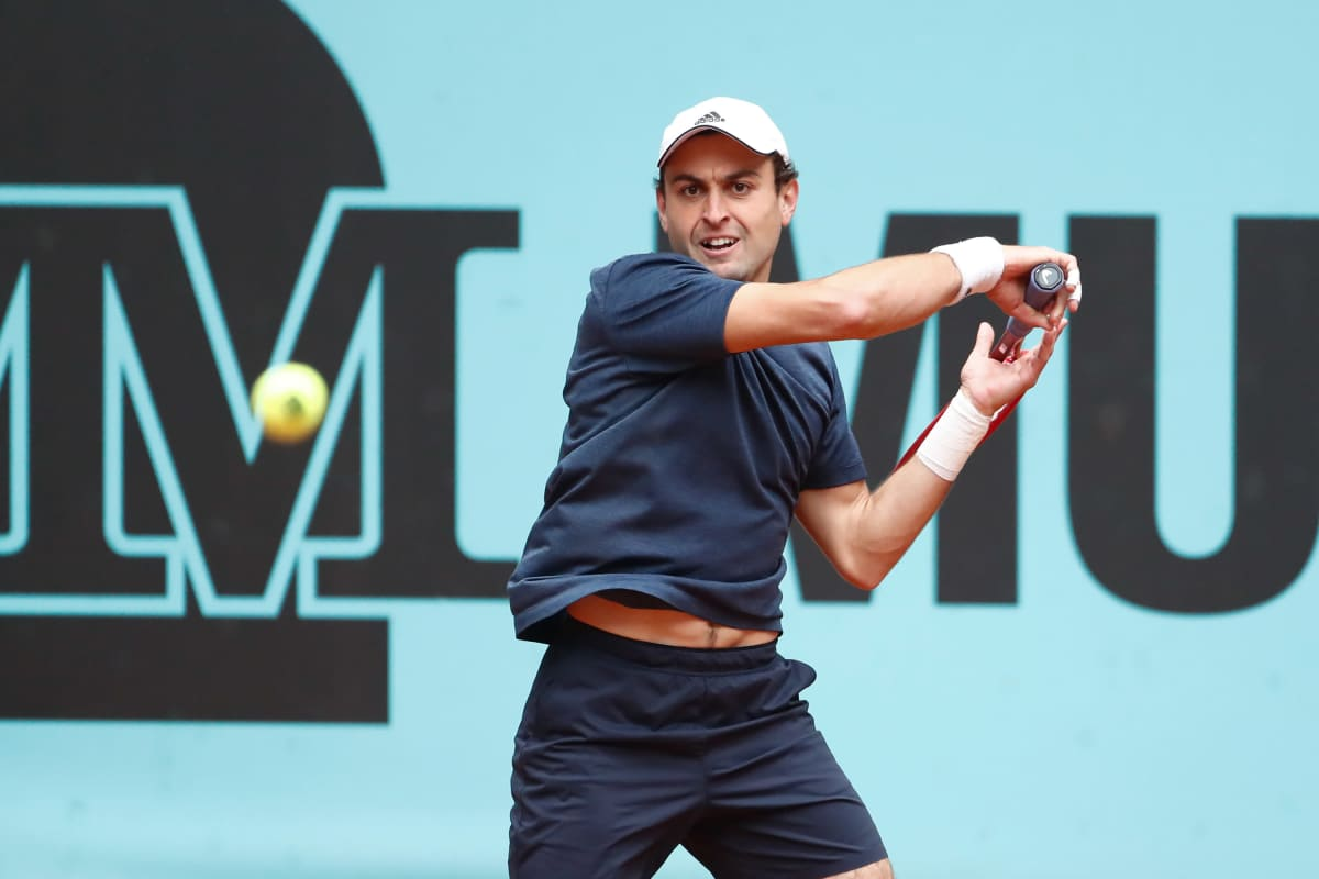 Aslan Karatsev lyö tennispalloa