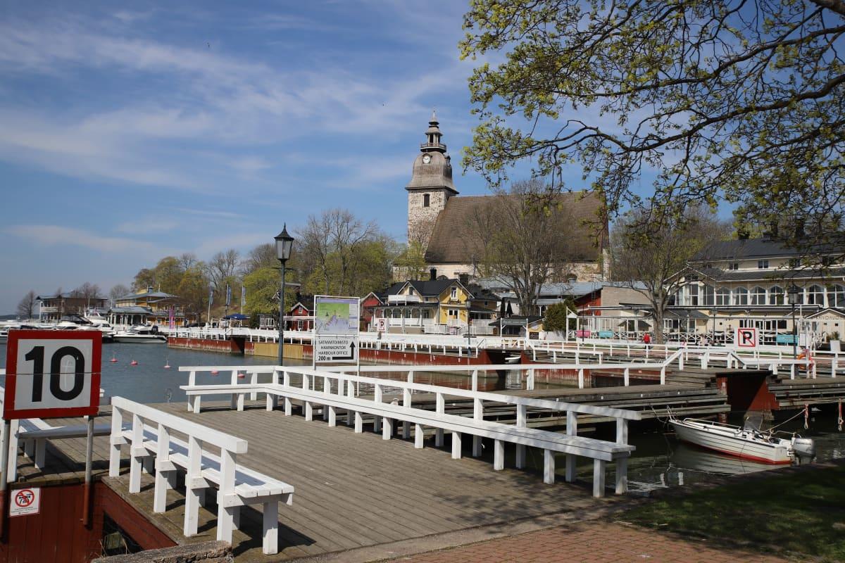 Naantalin satama ja kirkko keväällä 2021