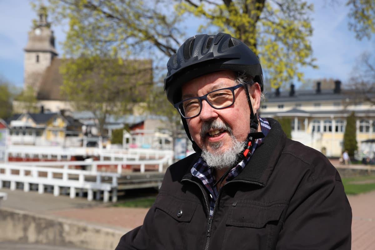 Mikko Suvanto pyöräilykypärä päässään Naantalin satamassa.