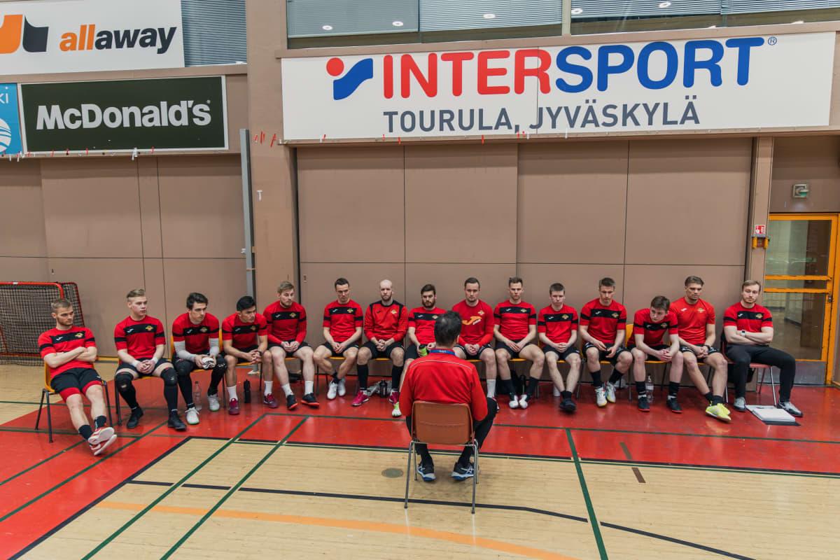 Kampuksen Dynamon joukkue kuuntelee valmentajaa harjoituksissa.