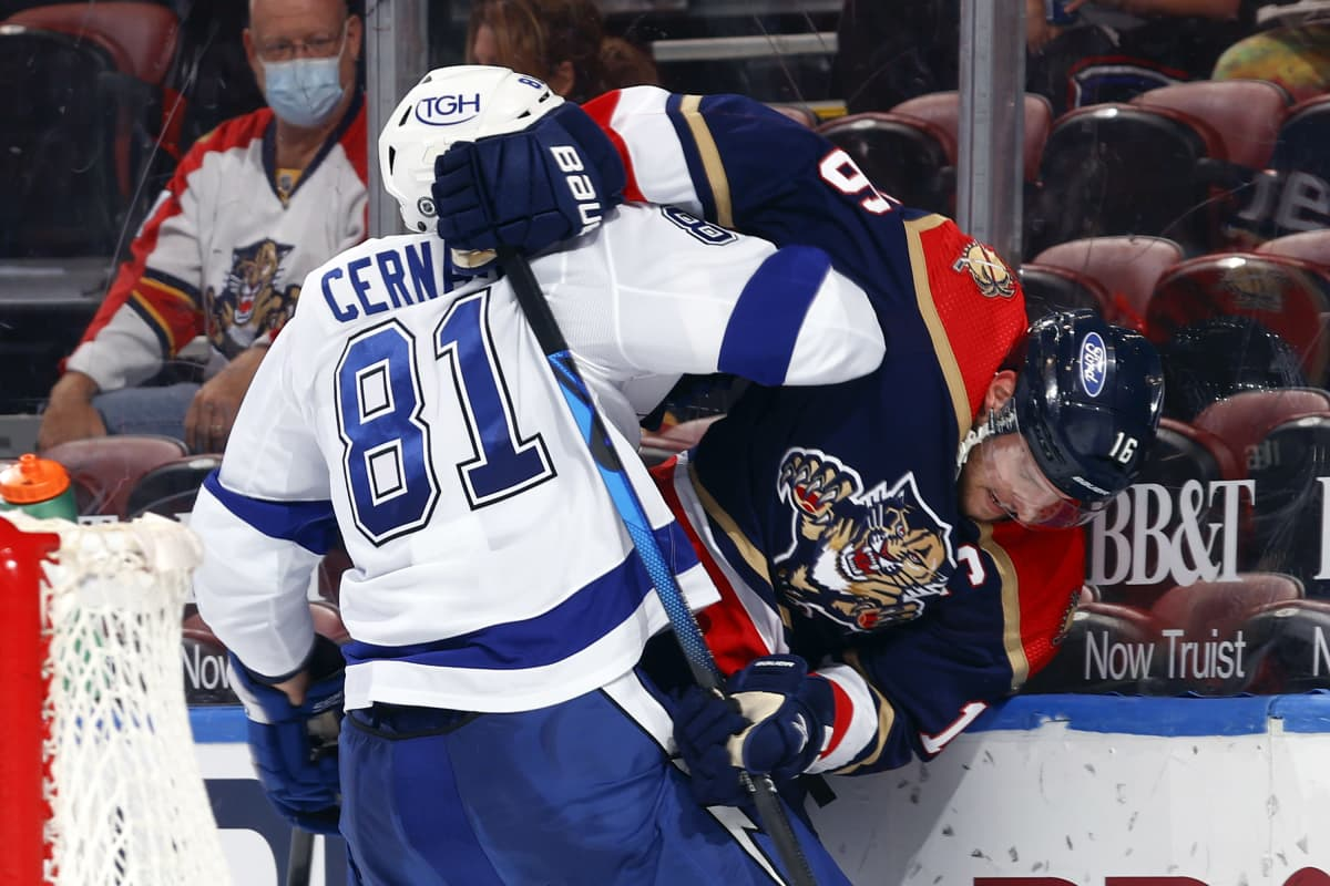 Tampa Bayn Erik Cernak ja Floridan Aleksander Barkov kamppailevat NHL-ottelussa.