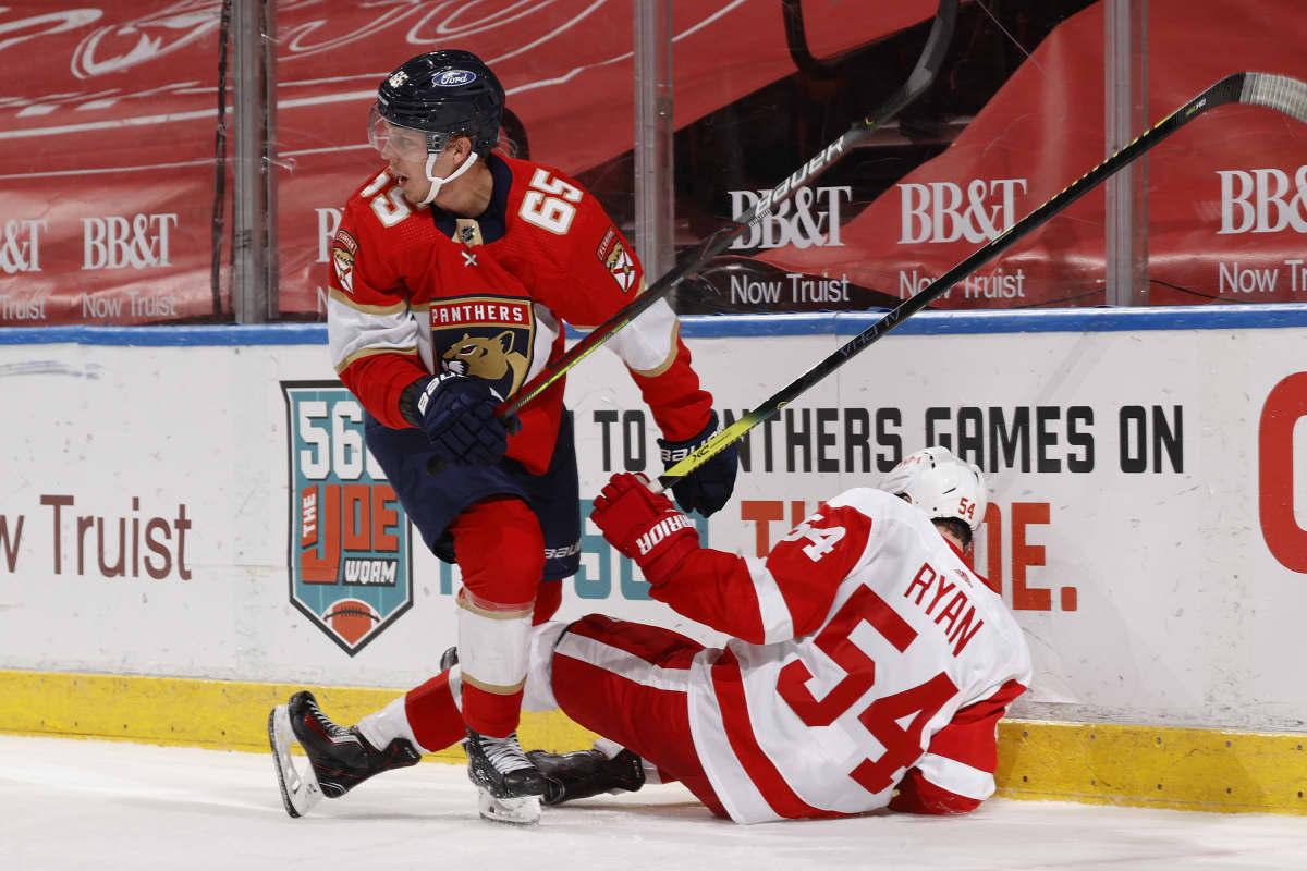 Florida Panthersin Markus Nutivaara ja Detroit Red Wingsin Bobby Ryan kamppailevat NHL-ottelussa.