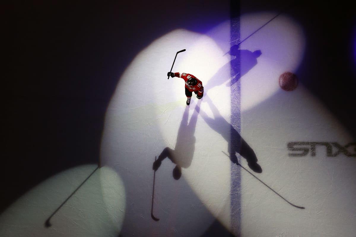 Florida Panthersin Aleksander Barkov valokeilassa.