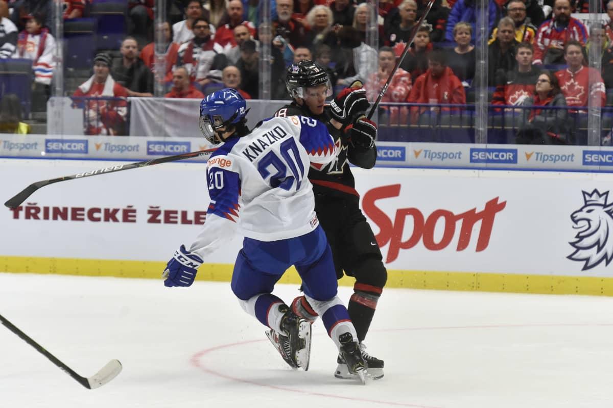 Samuel Knazko ja Ty Dellandrea jääkiekon nuorten MM-kisoissa.