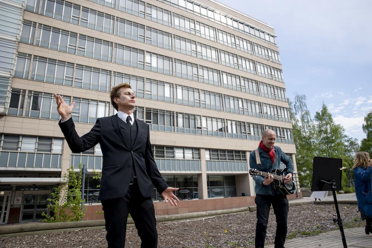 Teatteriryhmän mielenilmaus Etelä-Suomen aluehallintovirasto edessä Pasilassa. Esittivät teoksen seitsemälle katsojalle.