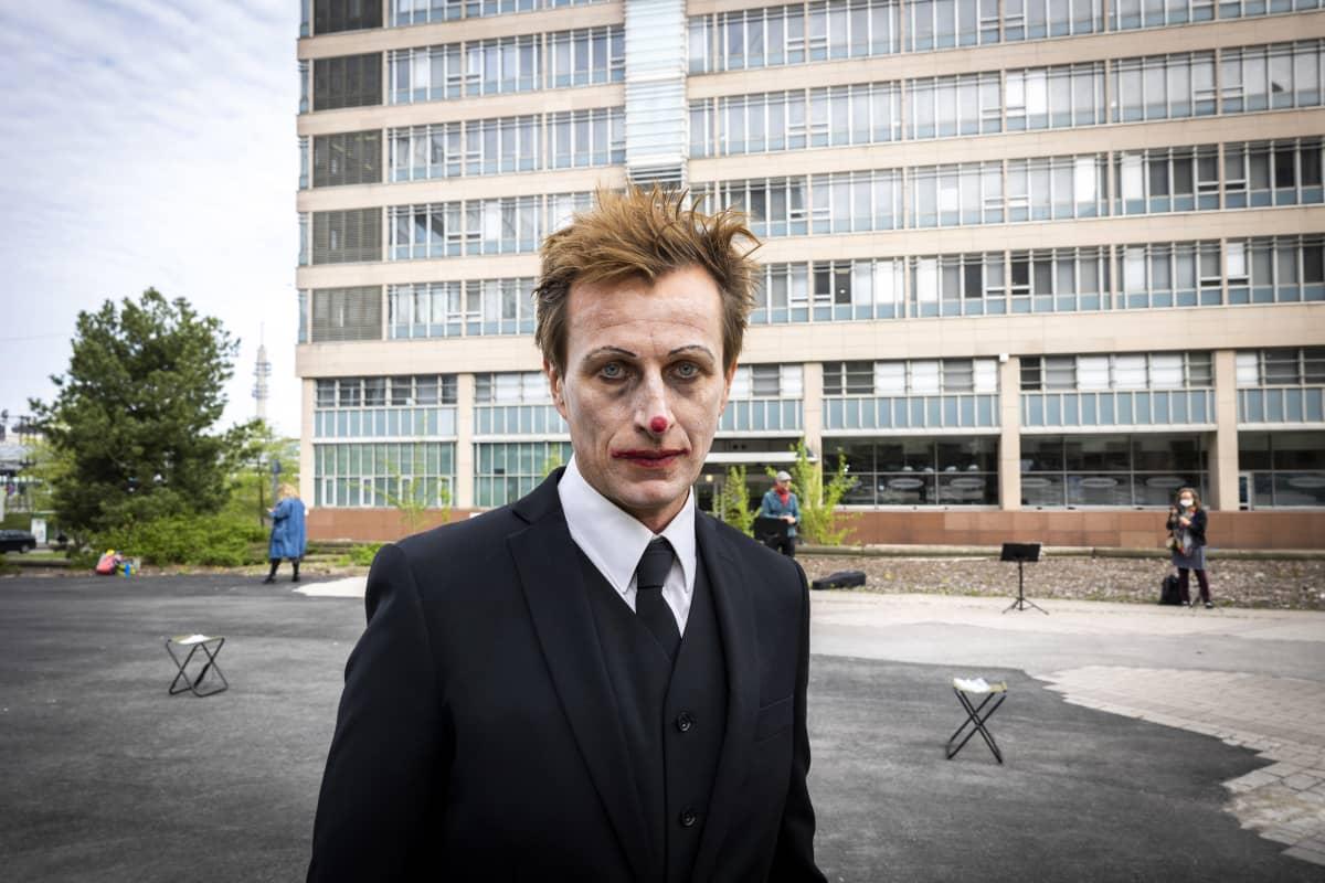 Näyttelijä Tobias Zilliacus kohtaa Aluehallintoviraston. Teatteriryhmän mielenilmaus Etelä-Suomen aluehallintovirasto edessä Pasilassa. Esittivät teoksen seitsemälle katsojalle.