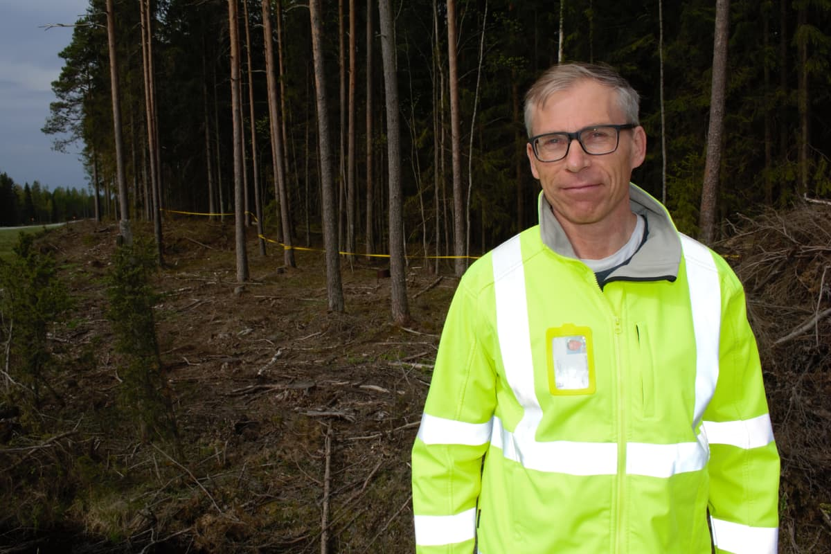 Liikenneturvallisuusinsinööri Jaakko Klang valtatie 10:llä Marttilassa.