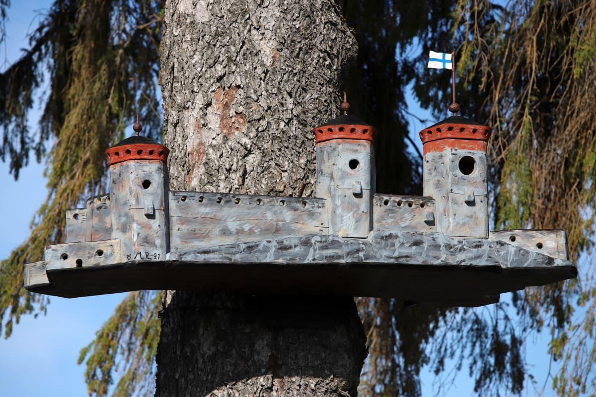 Savonlinnan Olavinlinnaa esittävä linnunpönttö samaisen linnan edustalla.