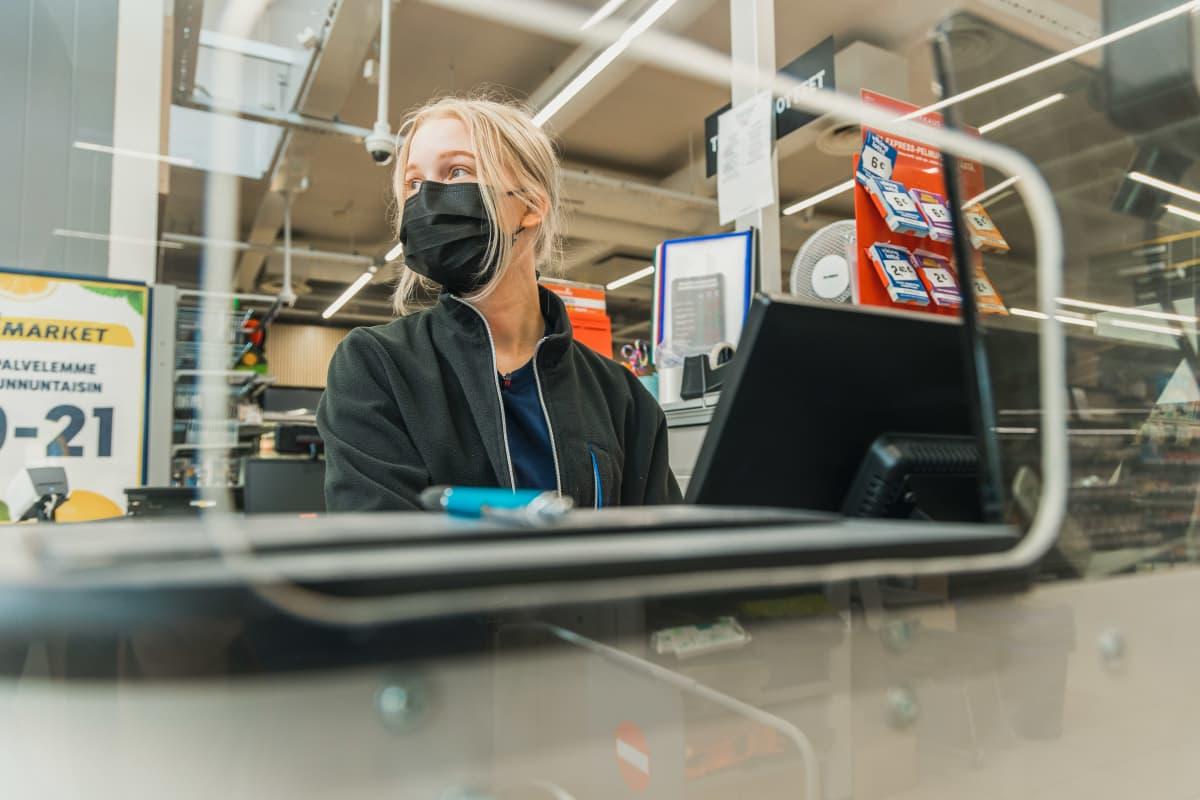 Savonlinnan lyseon lukion abi Siiri Kirmanen työskentelee kaupassa.