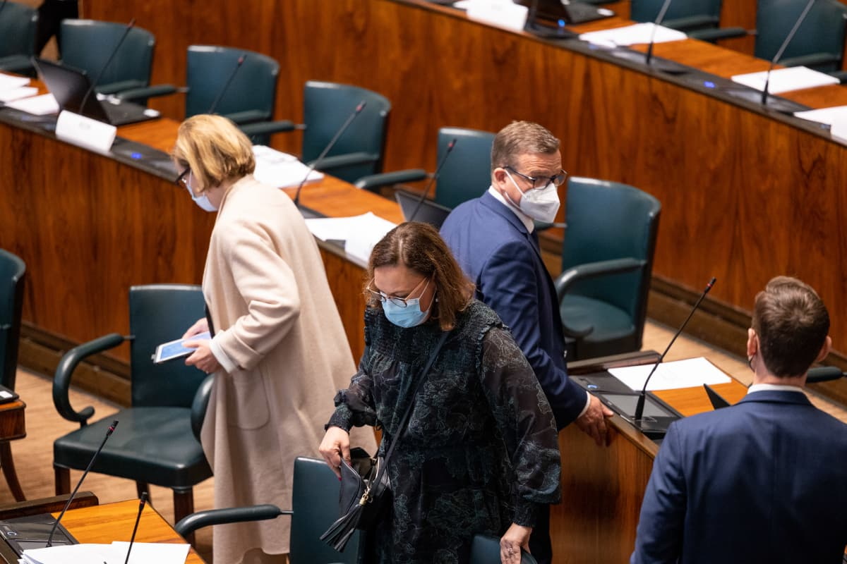 Kokoomuksen kansanedustajia eduskunnassa. Välikysymysäänestys hallituksen puoliväliriihessä tekemistä päätöksistä.